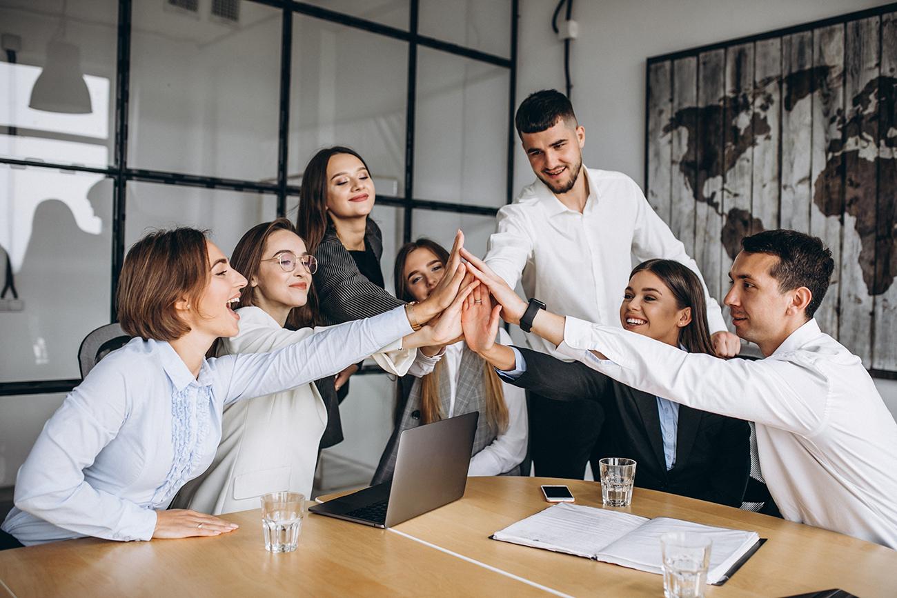 Campanha de incentivo: equipe de trabalho reunida para trabalho em conjunto