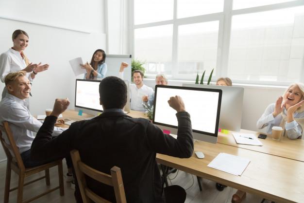 Reconhecimento profissional: colegas parabenizando colaborador