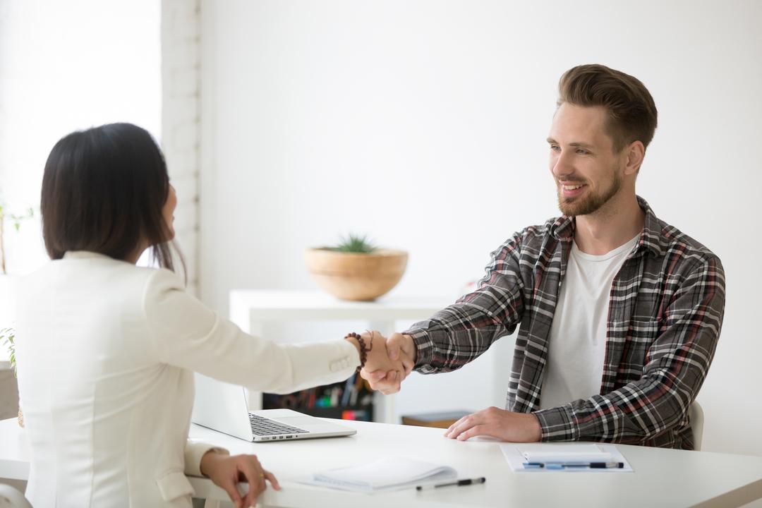 Fidelização de clientes: mulher de negócios e cliente se cumprimentando