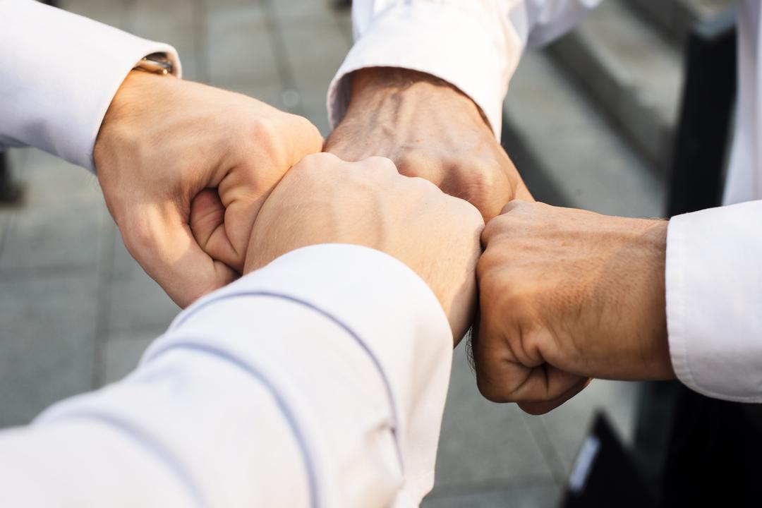 Cultura organizacional: equipe de trabalho se cumprimentando com toque de punho
