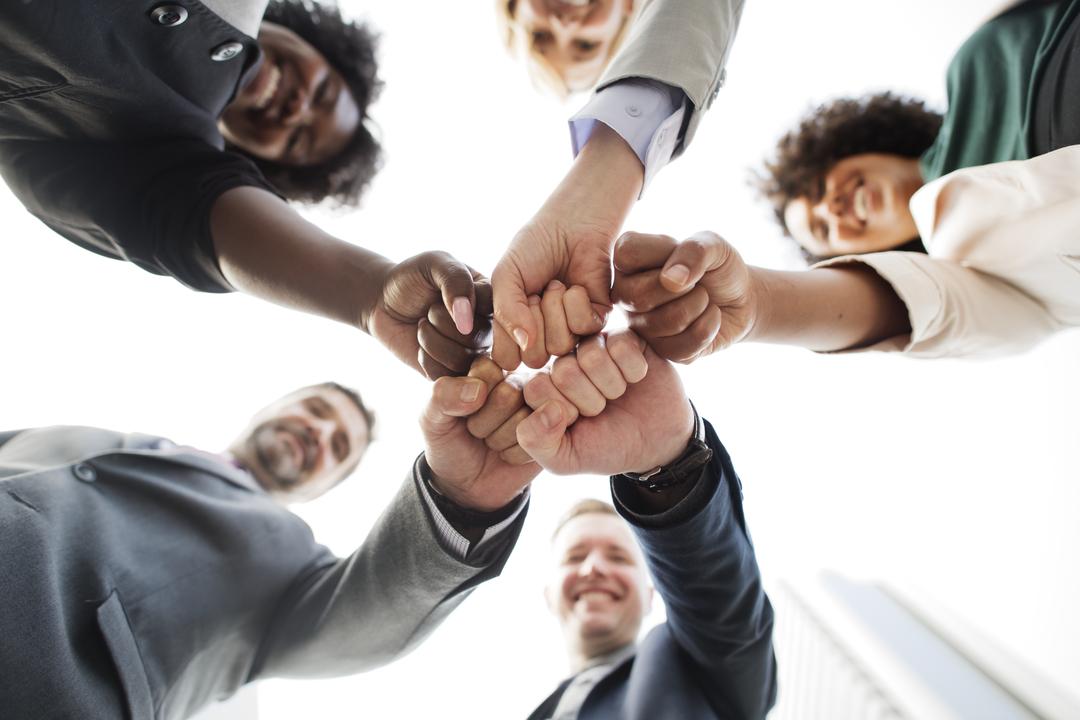 Engajar colaboradores: equipe de negócios feliz ao se cumprimentar
