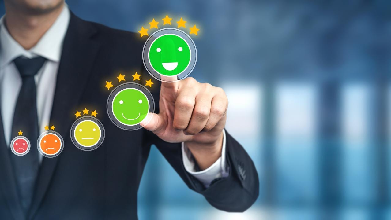 Imagem representando o conceito de satisfação da experiência de compra do cliente, com ícones de níveis de felicidade