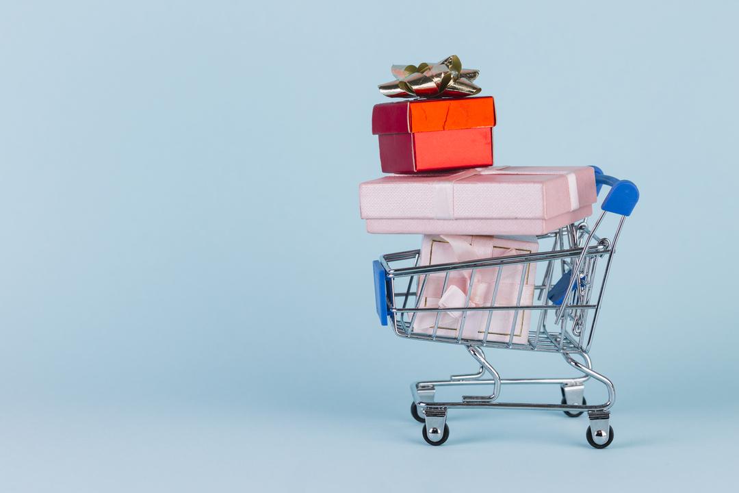 Como vender gift card: na imagem, presentes empilhados em um carrinho de compras