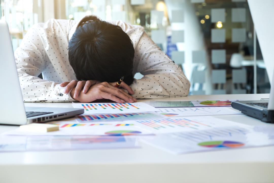 Absenteísmo no trabalho: funcionário dormindo no escritório