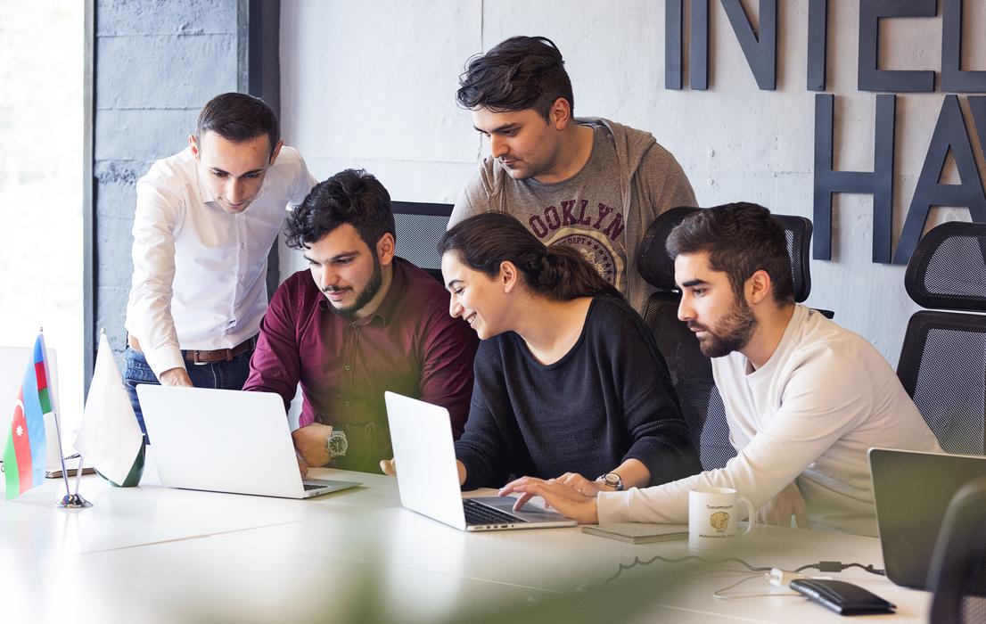 Equipe trabalhando estratégias para diminuir a rotatividade de funcionários