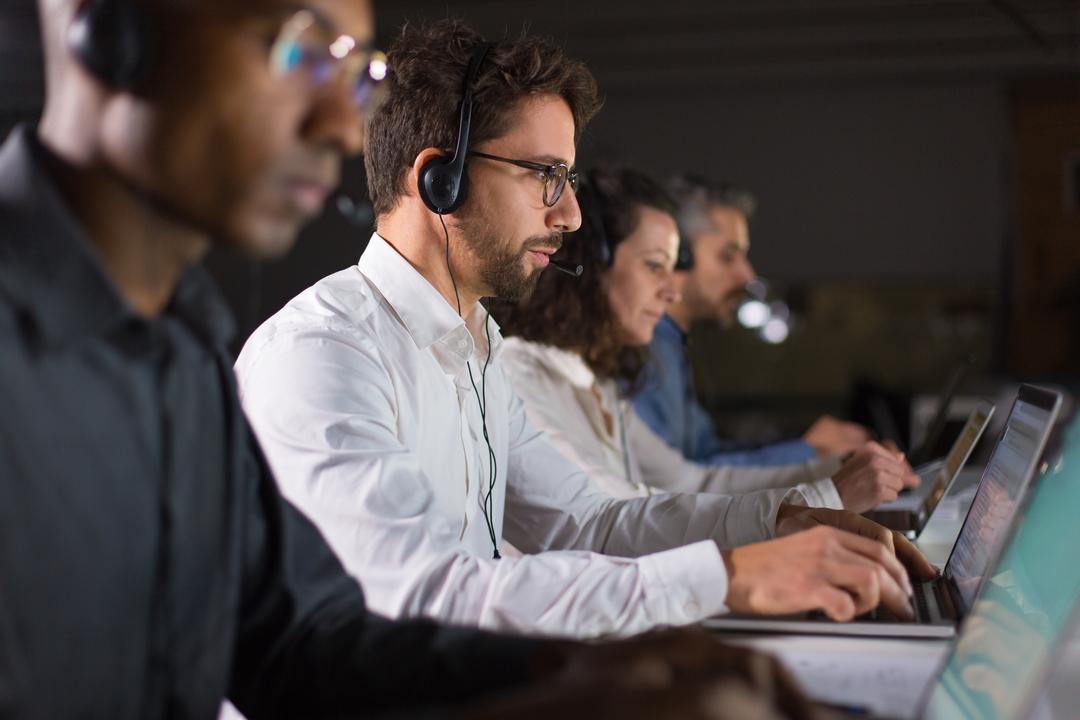 A imagem mostra funcionários de telemarketing trabalhando para realizar um pós venda eficiente.