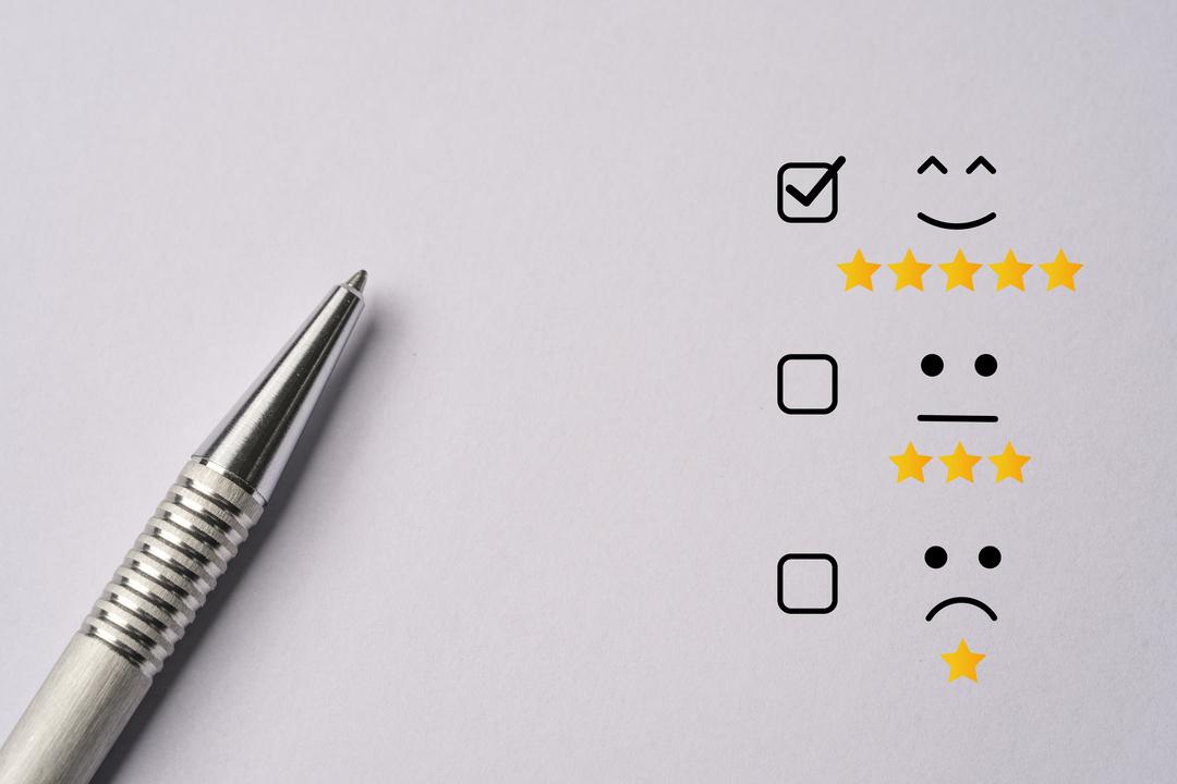 A imagem mostra três parâmetros de satisfação do cliente. Uma expressão feliz, outra neutra e outra triste.